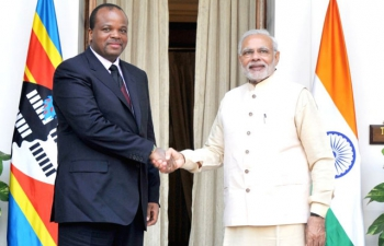 The Prime Minister, Narendra Modi meeting the King Mswati III of Swaziland, during the 3rd India Africa Forum Summit, in New Delhi